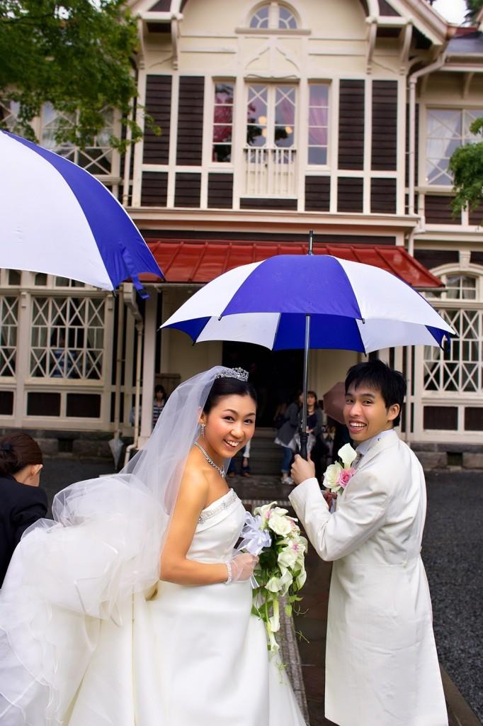 振り向いて笑顔 雨のロケも傘が良い演出をしてくれます
