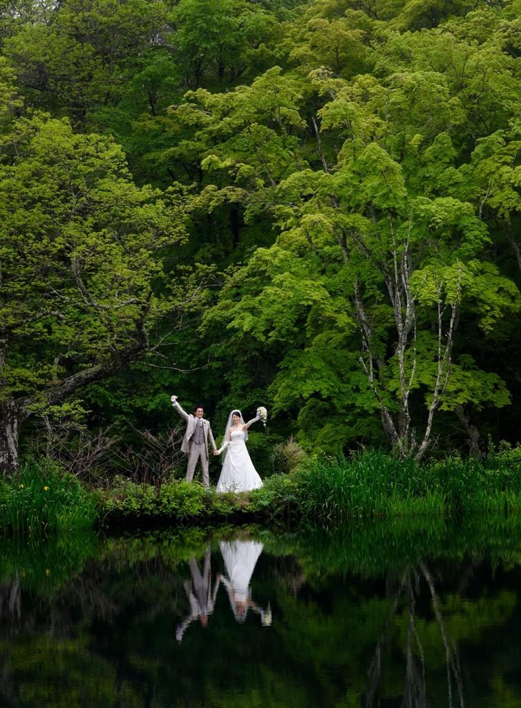 新緑の軽井沢雲場池 湖面に二人の姿が映る