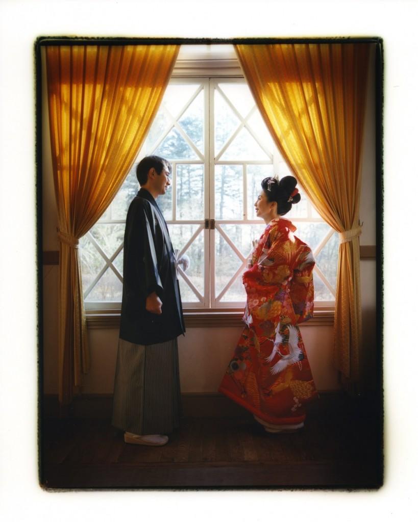 窓辺で見つめ合う二人