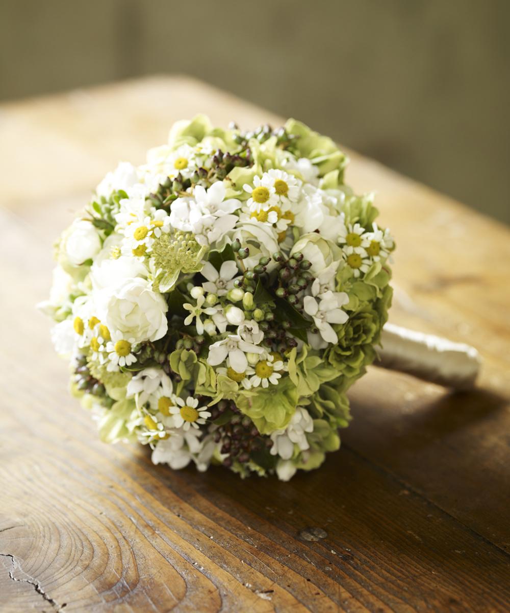 白グリーンの小花でまとめたナチュラルなラウンドブーケ