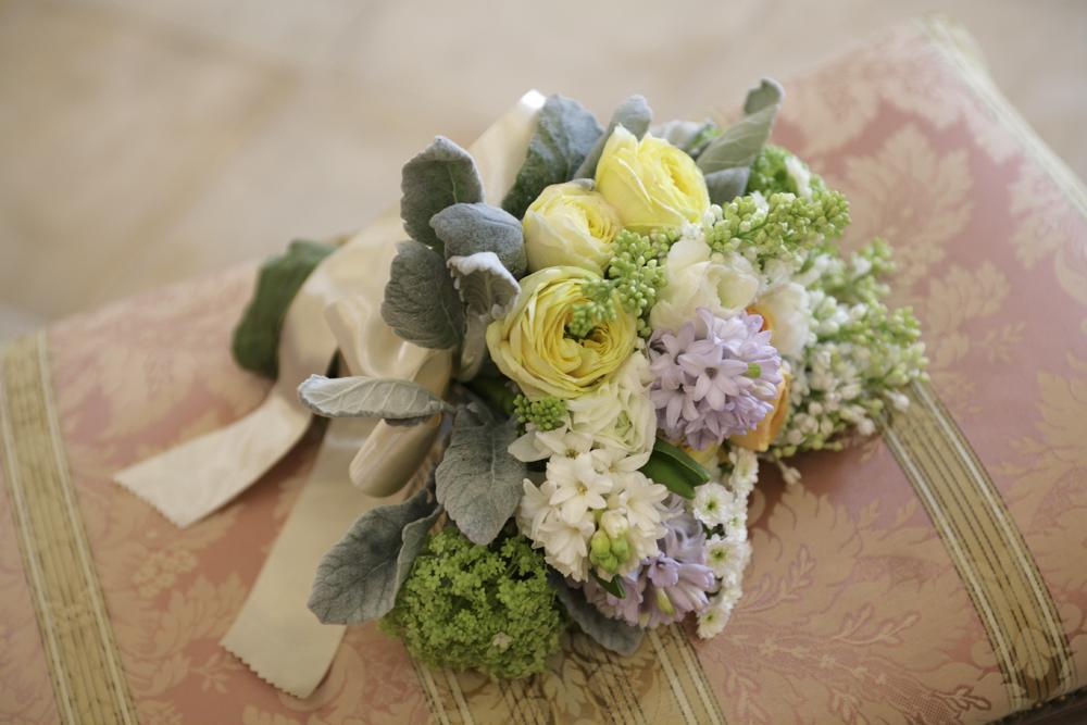 ラナンキュラス、ヒヤシンスなど春のお花を集めました。ナチュラルクラッチブーケ