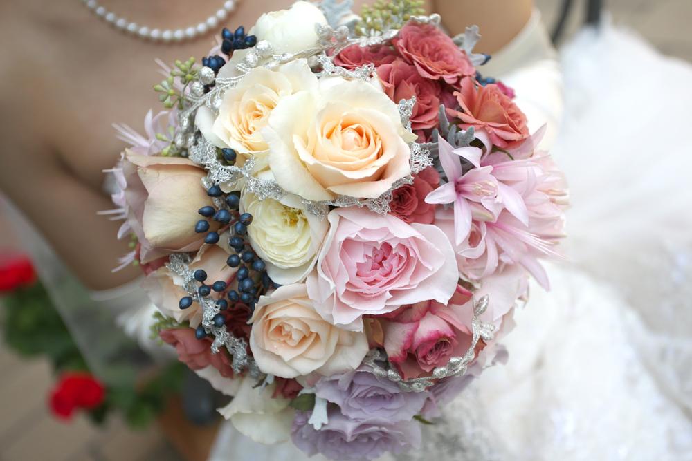 優しい色合いのバラをミックスさせて フェミニンなラウンドブーケ