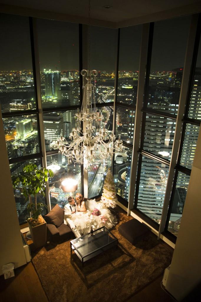 前撮り撮影の最後に夜景の雰囲気を大事に間接照明のみで撮影。 自宅でのウェディングフォト。自然なライティングを活かして 撮影。