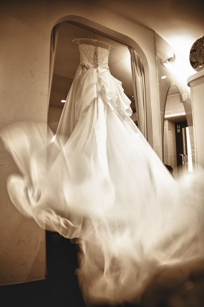 ウエディングドレスは動きがあるとより映えます。 花嫁さんに早く着てもらいたいとワクワクしてる 瞬間の一枚。