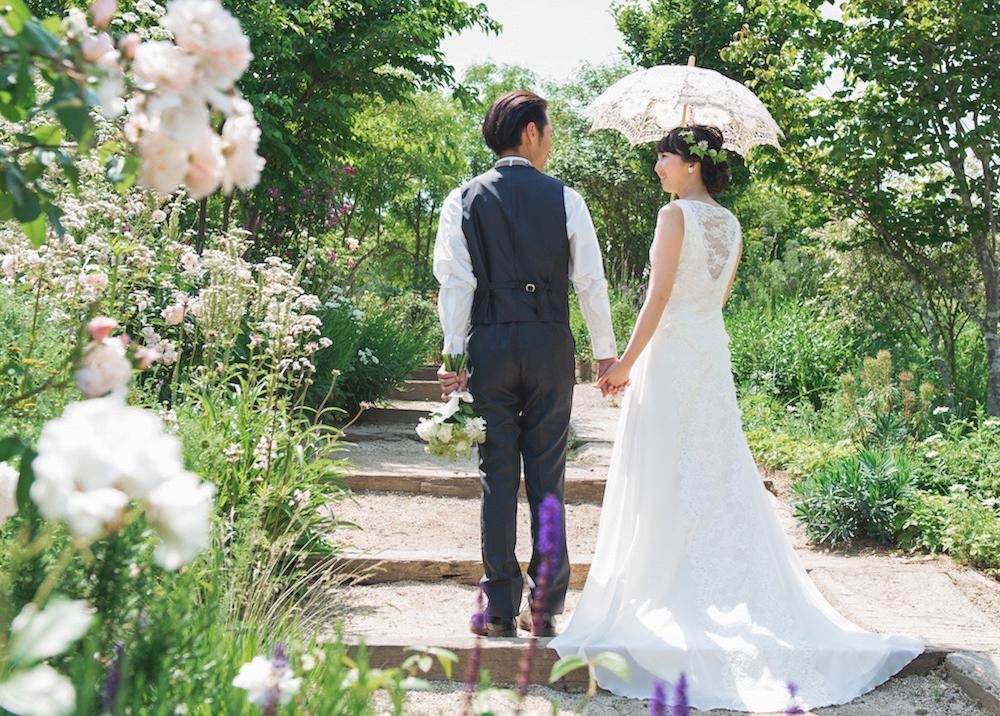 バラの花に覆われた瀟洒な本格フレンチレストラン季節の花々が咲くガーデンで自由なウェディングを